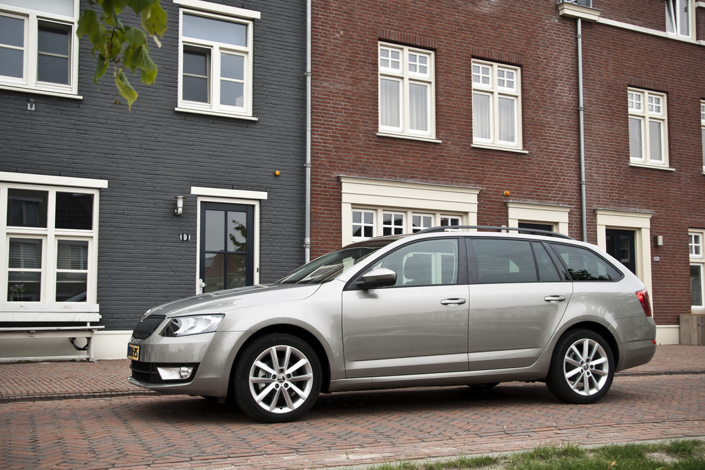 test skoda octavia combi 2013. Black Bedroom Furniture Sets. Home Design Ideas