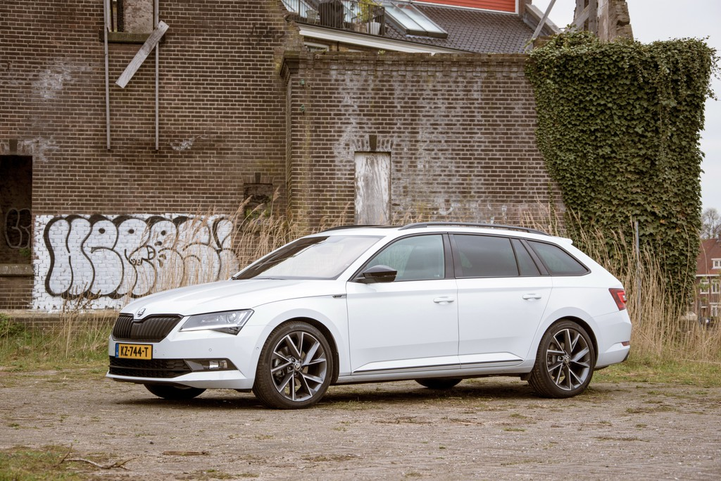 test skoda superb combi 2017 foto 39 s en video. Black Bedroom Furniture Sets. Home Design Ideas